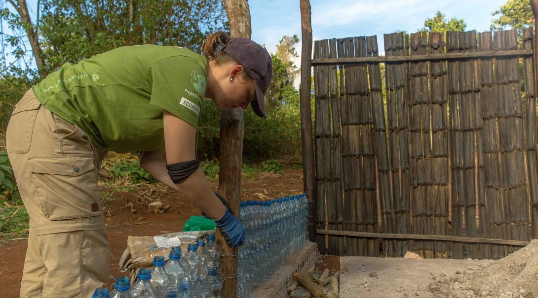 Voluntarios en Galápagos concientizando sobre el reciclaje.